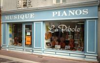 les cours de violon, alto, violoncelle, contrebasse et guitare ont lieu au magasin de musique la pibole à Loudun situé à 55 km au nord de Poitiers