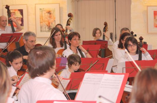 Répétition commune de l' Harmonie de Huismes et de l' Orchestre de l' Ecole de Cordes du Loudunais le 06 Février 2010, dans les somptieux locaux de l' Ecole de Musique de Huismes. C'est sous la direction de Jean-Luc Martineau, que nos deux formations, préparent une série de trois concerts qu'il donneront en commun.  Salles des Fêtes de HUISMES le 13 Février 2010 à 20 H 30 Salles des Ifs de VARRAINS-CHACÉ le 20 Mars 2010 à 20 H 30 Colégiale de OIRON le 06 Juin 2010 dans le cadre des 21éme Rencontres régionales des Artistes Amateurs (Heures à préciser)