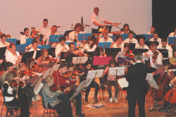 L' Orchestre de l' Ecole de Cordes du Loudunais, en concert avec l 'Harmonie de Varrains-Chacé sous la direction du chef invité, Jean-Luc Martineau, le Dimanche 05 Avril 2009, au Centre Culturel de Loudun dans la Vienne (86), à 55 km de Poitiers, 25 km de Chinon, 25 km de Thouars, 45 de Saumur, 50 km de Chatellerault.