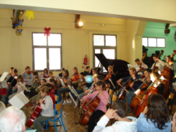 L' Orchestre à cordes des Ateliers Musicaux Nicolas Verdon, en concert le Dimanche 17 Décembre 2006, à la salle de fêtes de Monts-sur-Guesnes à 16 km de Loudun.