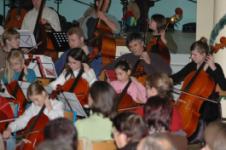 orchestre à cordes (violon, alto, violoncelle, contrebasse, guitare) de l'école de musique de nicolas verdon à loudun dans la salle municipale de l'ancienne comédie