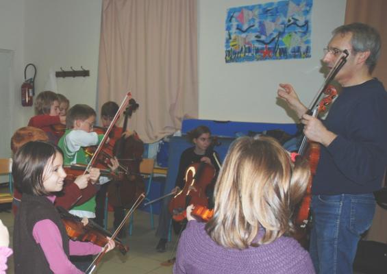 Animation des Lundi 9, 16, 23, 30 Novembre et 7 Décembre 2009 de 17 H à 18 H à Ecole Primaire des Tilleuls d' Angliers. Dans le prolongement de notre résidence à Angliers, répétition d' un groupe d'une quinzaine d'enfants d' Angliers dans les locaux de l' Ecole des Tilleuls, sous la direction de notre professeur Nicolas Verdon. Principalement Issus de l' Ecole Primaire des Tilleuls, ces jeunes artistes débutants (violon, alto, violoncelle et contrebasse) se joindront à l' Orchestre de l' Ecole de Cordes du Loudunais à l'occasion de notre concert du 13 Décembre 2009 au Pavillon du Québec à Angliers.
